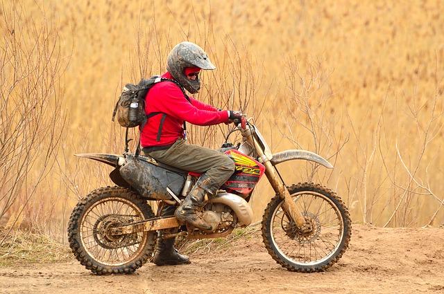 un homme sur une motocross