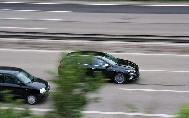 voiture qui en double une autre